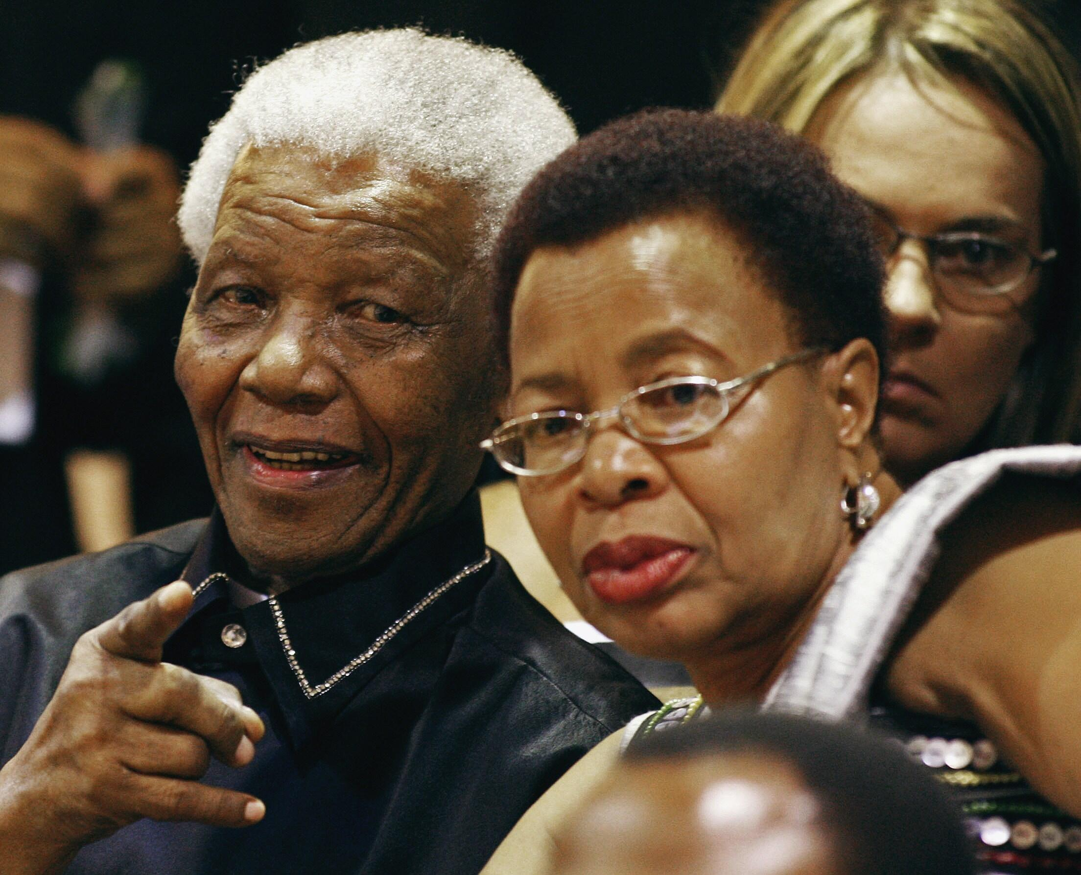 Nelson Mandela na mkewe Graça Machel, Cape Town, Februari 11, 2010.