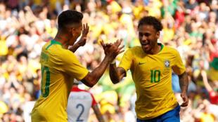 Neymar (n°10) félicité par son coéquipier Firmino après son but contre la Croatie (2-0), le 03 juin 2018.