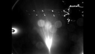 La sonde Rosetta, prise en photo par Philae quelques instants après leur séparation. On distingue bien les panneaux solaires de la sonde, malgré la présence du soleil dans le champ.