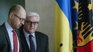Глава правительства Украины Арсений Яценюк вместе с главой немецкой дипломатии Франк-Вальтером Штайнмайером, 22 марта 2014 года