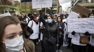 Des infirmiers et infirmières dans la rue pour dénoncer leurs mauvaises conditions de travail à l'hôpital et leurs bas salaires.