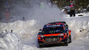 El piloto sueco Oliver Solberg y su copiloto el británico Sebastian Marshall conducen su automóvil Hyundai i20 Coupé WRC durante la novena etapa del Arctic Rallye de Finlandia, segunda ronda del Campeonato del Mundo de Rally de la FIA, el 28 de febrero de 2021, en Aittajarvi, al sur de Rovaniemi, en la Laponia finlandesa.