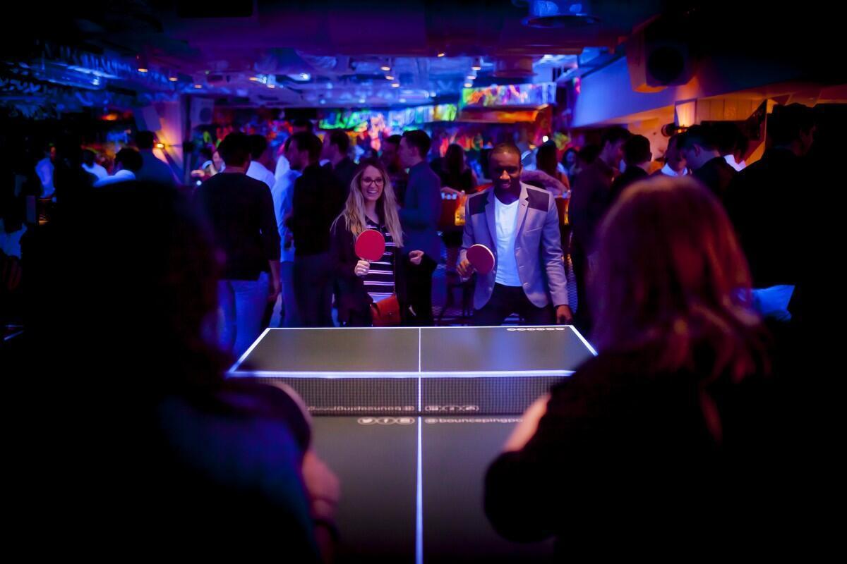 Parties de ping-pong endiablées après le travail au Bounce Old Street de Londres.