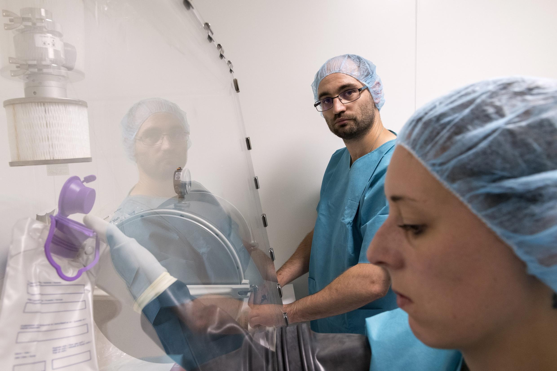 Des techniciens de laboratoire au CHU de Clermont-Ferrand (photo d'illustration).