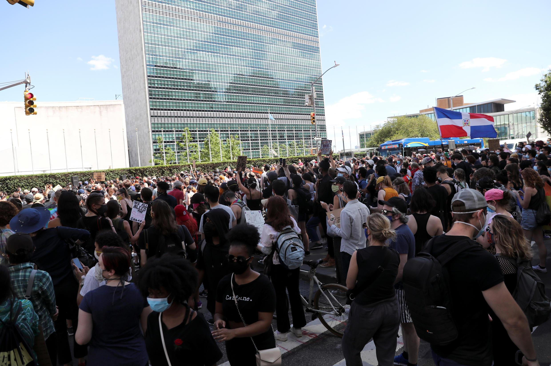 Người biểu tình chống kỳ thị chủng tộc ngày 07/06/2020 trước trụ sở Liên Hiệp Quốc ở New York (Hoa Kỳ).