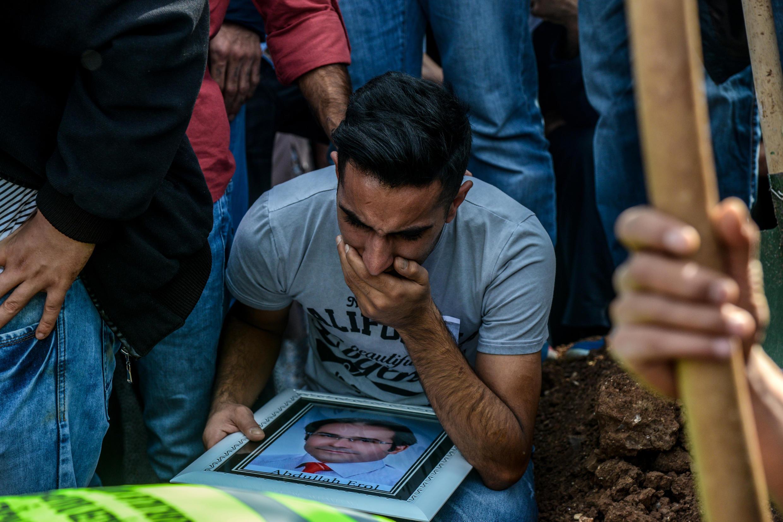 Les proches des 97 victimes de l'attentat-suicide du 10 octobre à Ankara, ont commencé à enterrer leurs morts, entre tristesse et colère.