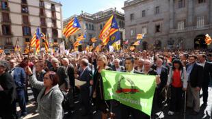 Мэры каталонских городов на марше в Барселоне, 16 сентября 2017 года.