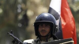 Soldado egípcio monta guarda diante do Supremo Tribunal Constitucional, após golpe de Estado