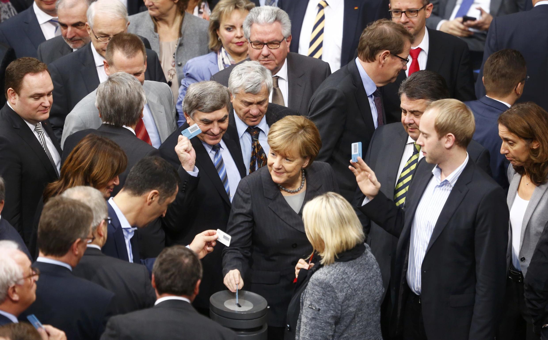 德国议会就出兵叙利亚投票,中为德国总理默克尔