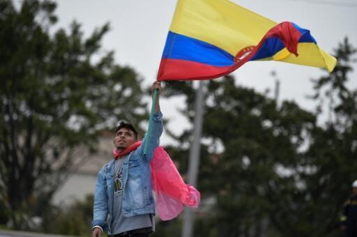 Un hombre participa en una manifestación contra el presidente electo de Colombia Ivan Duque, un día antes de su toma de protesta, en Bogota, el 7 de agosto de 2018