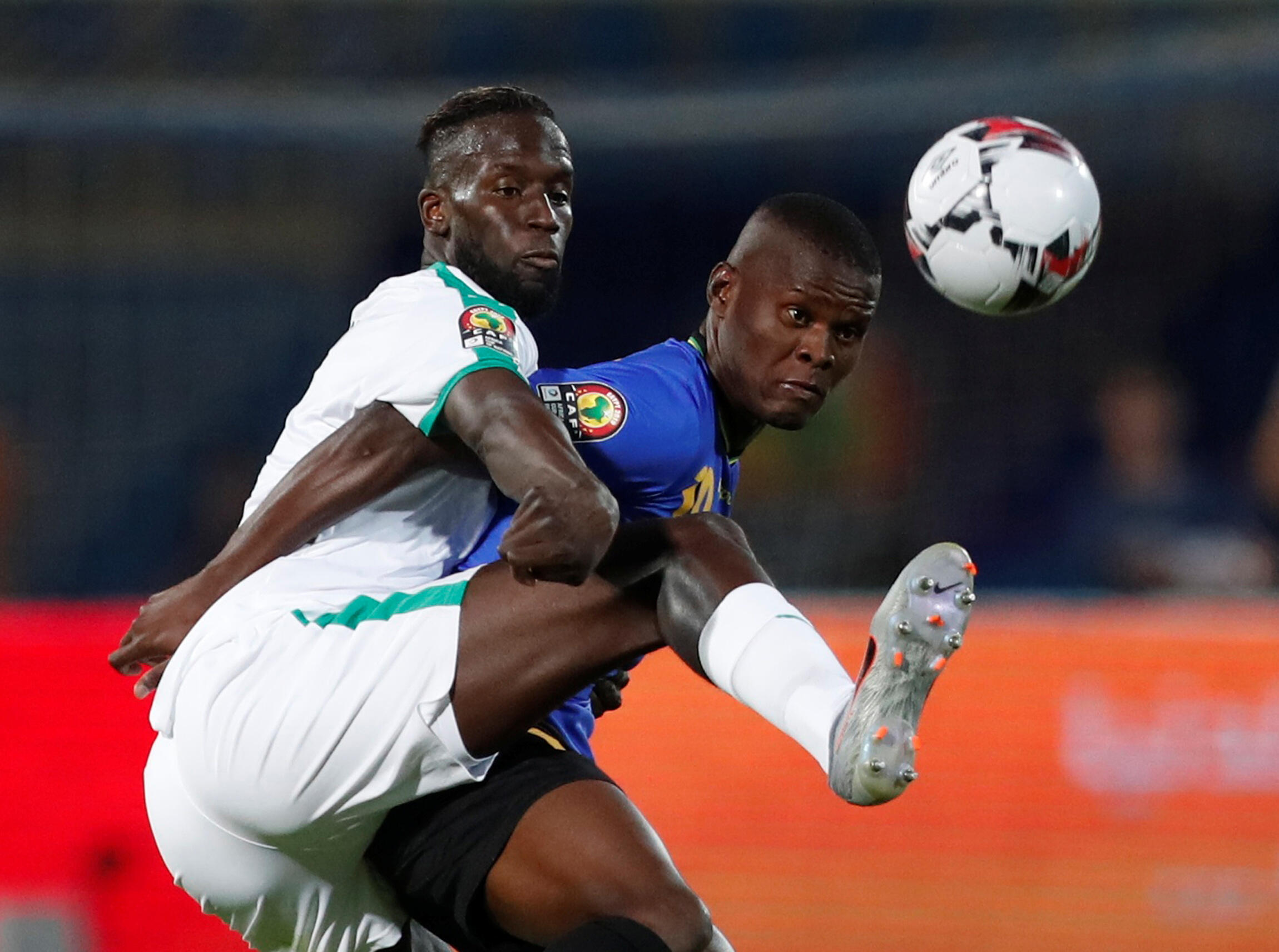 Le Sénégalais Salif Sané à la lutte avec le Tanzanien Mbwana Samatta.