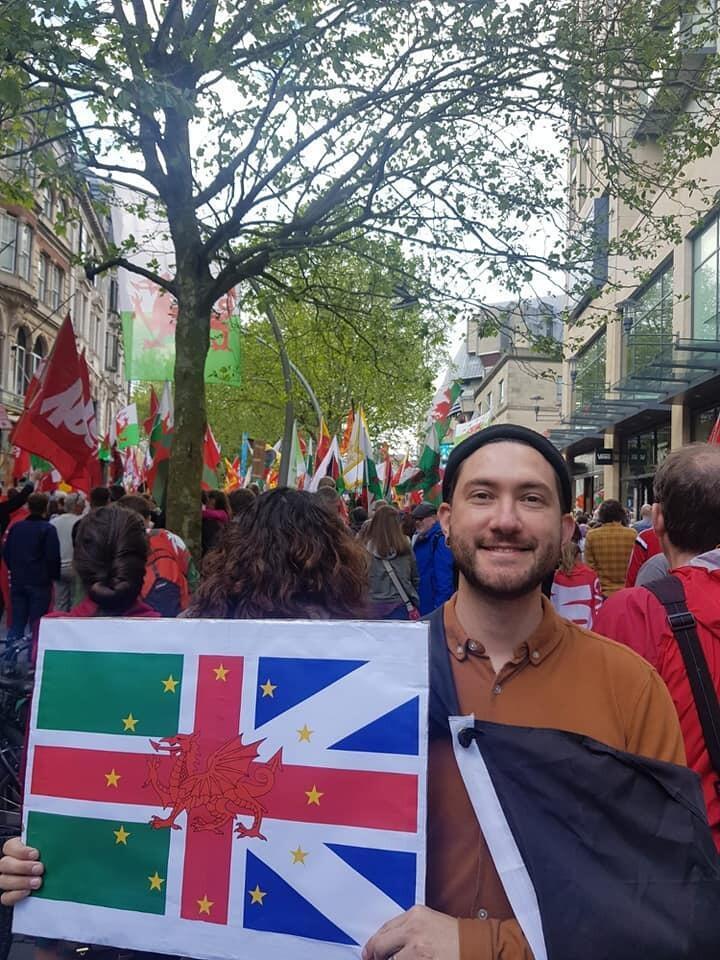 Professor de português e inglês na Universidade de Cardiff, a capital de Gales, ele decidiu dar entrada no processo de naturalização com uma peculiaridade: exigiu fazer a prova em galês.
