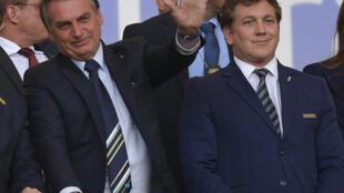 El presidente brasileño, Jair Bolsonaro, saluda junto al jefe del órgano rector fútbol regional (Conmebol), el paraguayo Alejandro Domínguez, antes de la final de la Copa América entre Brasil y Perú en el estadio Maracaná de Río el 7 de julio de 2019