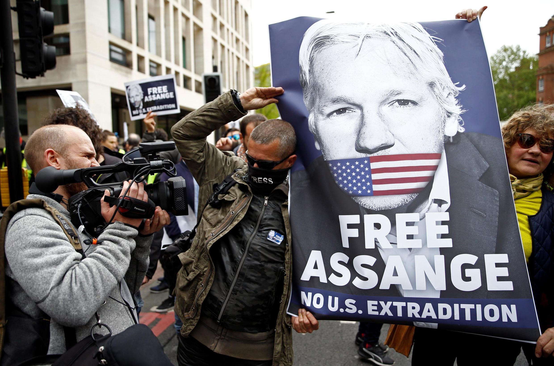 Simpatizantes de Assange carregam cartaz pedindo sua libertação