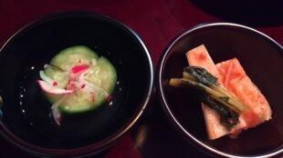 Kimchi à base de concombre et kimchi avec kakis murs à la sauce de soja affinée de 5 ans.