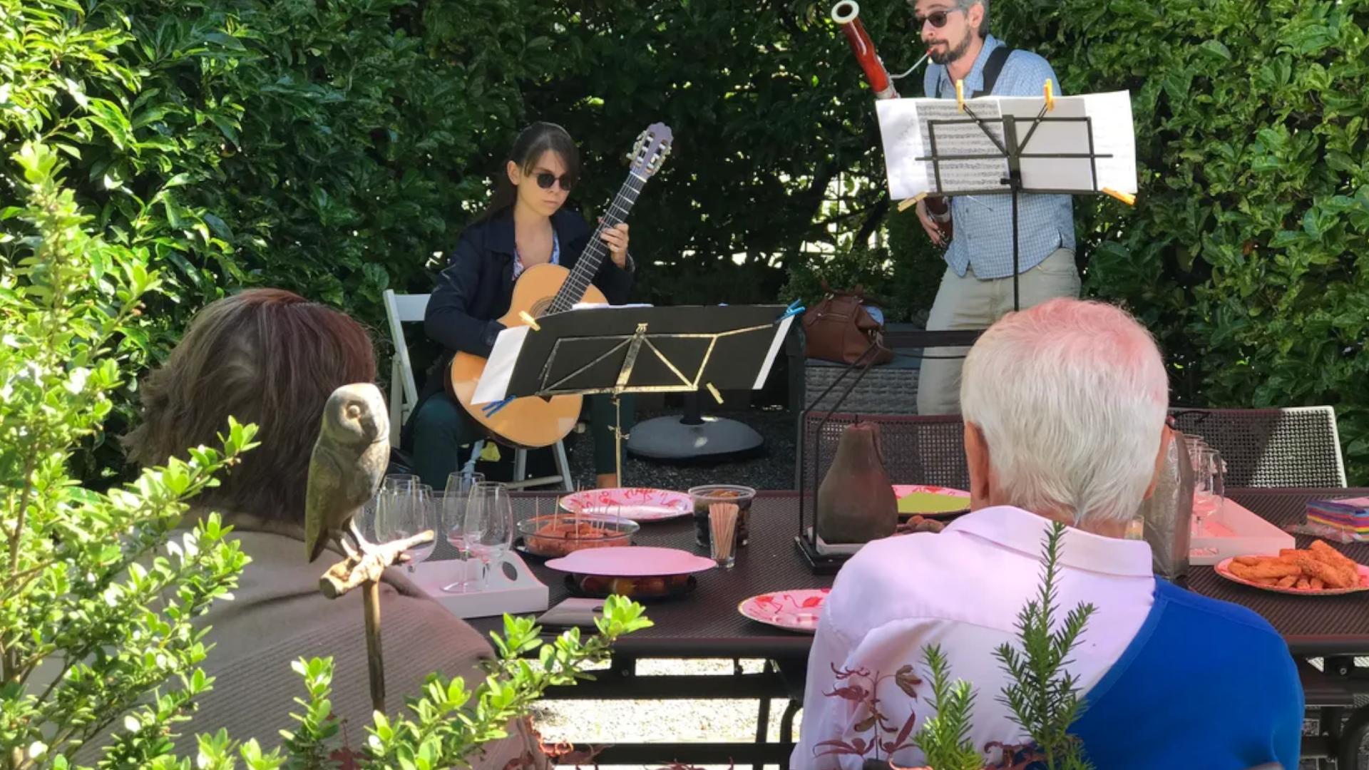 Le musicien Pascal Viglino a monté une plateforme qui vous permet de louer des musiciens à domicile (ici Kiara à la guitare et Mikele au basson).