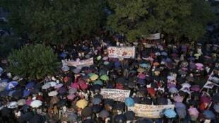 Em Atenas, centenas de pessoas se reuniram para protestar contra o fechamento da televisão e rádio públicas (ERT).