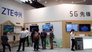 """غرفه """" Z T E"""" """"زِد تی ای"""" شرکت چندملیتی چینی تولیدکننده تجهیزات مخابراتی، در نمایشگاهی که در پکن در ماه سپتامبر ٢٠۱٧ برگزار شد."""