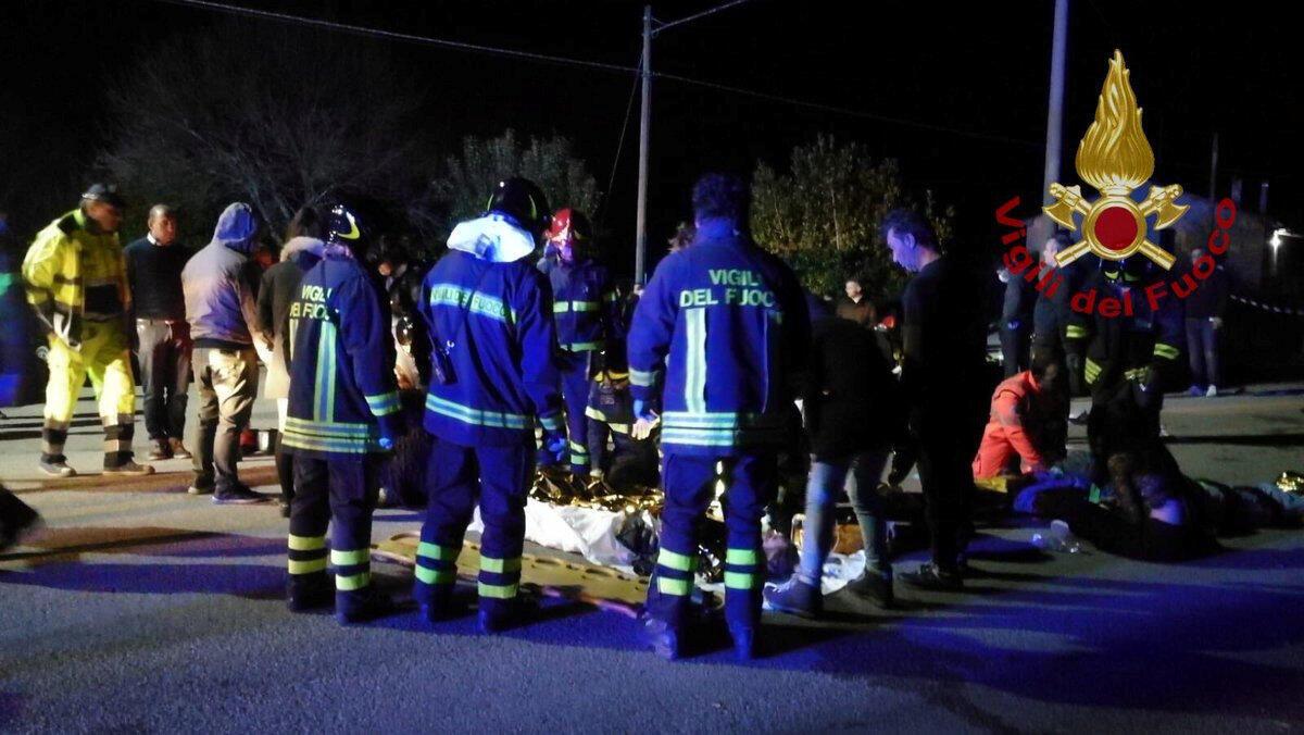 Bombeiros socorrem vítimas após tumulto que deixou vários mortos na Itália