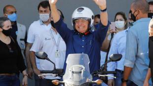 El presidente de Brasil, Jair Bolsonaro,  luego de pasear en moto por Brasilia, el 25 de julio de 2020