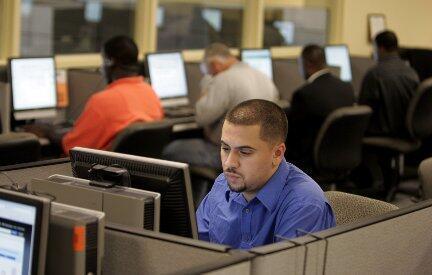 Le mois dernier, 467000 emplois ont été supprimés aux Etats-Unis et les chômeurs à la recherche d'un emploi sont toujours plus nombeux, comme ici dans un centre de la Workforce Alliance de Palm Beach, en Floride.