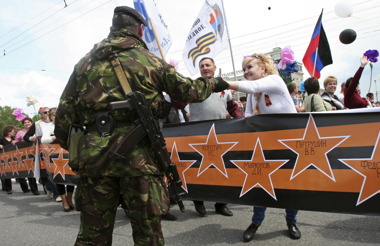 """В Донецке прошли шествия, посвященные первой годовщине """"референдума о независимости""""."""