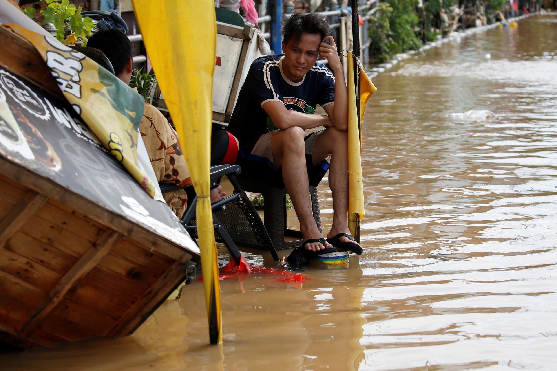 Dans une rue inondée de Jakarta, le 2 janvier 2020 (photo d'illustration).