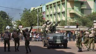 Jeshi la Burkina Faso likijianda kuwatawanya waandamanaji, Oktoba 30 mwaka 2014, katika mji wa Ouagadougou.