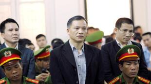 Le dissident Nguyen Van Dai face aux juges, à Hanoï, le 5 avril 2018.