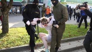 پلیس بلاروس، روز شنبه ۱۹ سپتامبر (۲۹ شهریور) صدها زن معترض در خیابانهای مینسک را که خواستار پایان حکومت الکساندر لوکاشنکو، رئیس جمهوری این کشور بودند، بازداشت کرد.