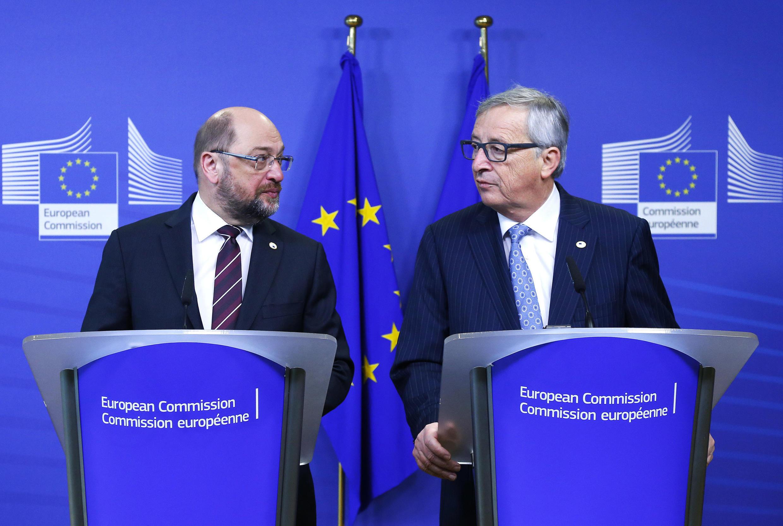 Presidente do Parlamento Europeu, Martin Schulz (e) e presidente da Comissão Europeia, Jean-Claude Juncker, se mostraram pessimistas sobre as perspectivas para o bloco em 2016.