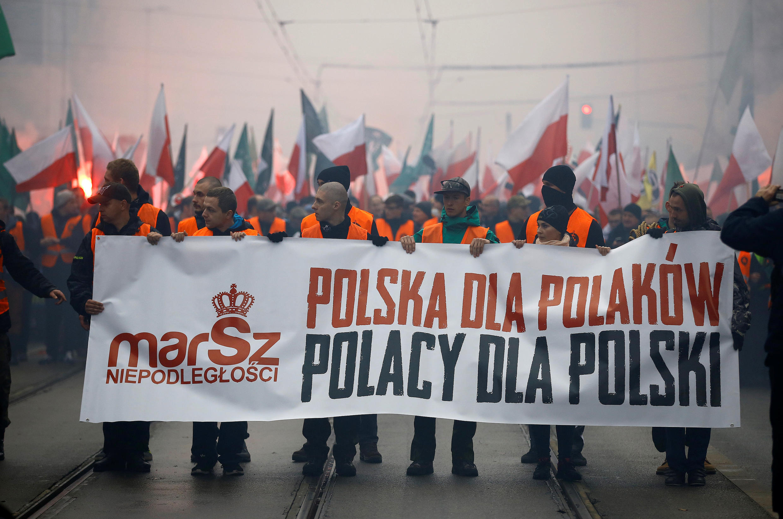 """Ежегодное шествие польских националистов 11 ноября в Варшаве. Лозунг: """"Польша для поляков, поляки для Польши""""."""