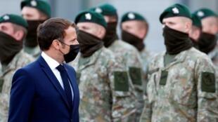Emmanuel Macron visite les troupes françaises du groupement tactique de la présence avancée renforcée de l'OTAN à Rukla, en Lituanie, le 29 septembre 2020.