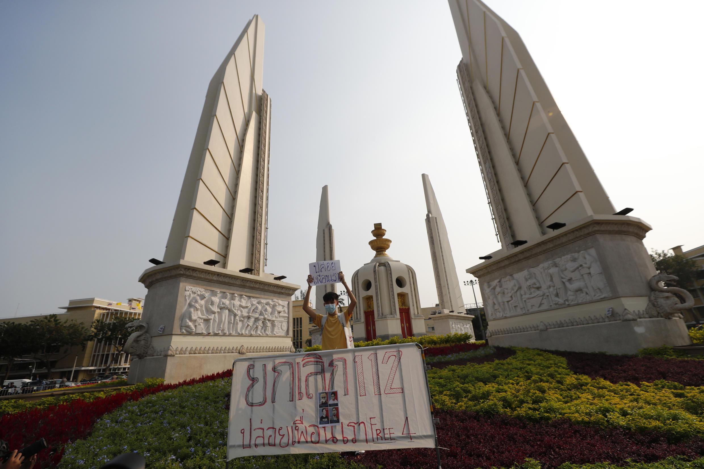 法广存档图片 - Image d'archive RFI : Un manifestant thaïlandais brandit une banderole demandant l'abolition de la loi 112 sur le crime de lèse-majesté, lors de la manifestation pro-démocratie du 13 février 2021 à Bangkok.