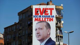 Une affiche représentant le président turc Erdogan et un slogan : « Oui. C'est au peuple de parler et de décider.»