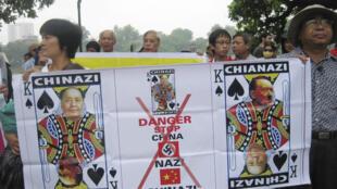 Những người biểu tình ở Hà Nội ngày 21/8/11 chống các hành động của Trung Quốc tại Biển Đông cầm biểu ngữ có hình nhà lãnh đạo Trung Quốc Mao Trạch Đông và nhà độc tài Đức Hitler.