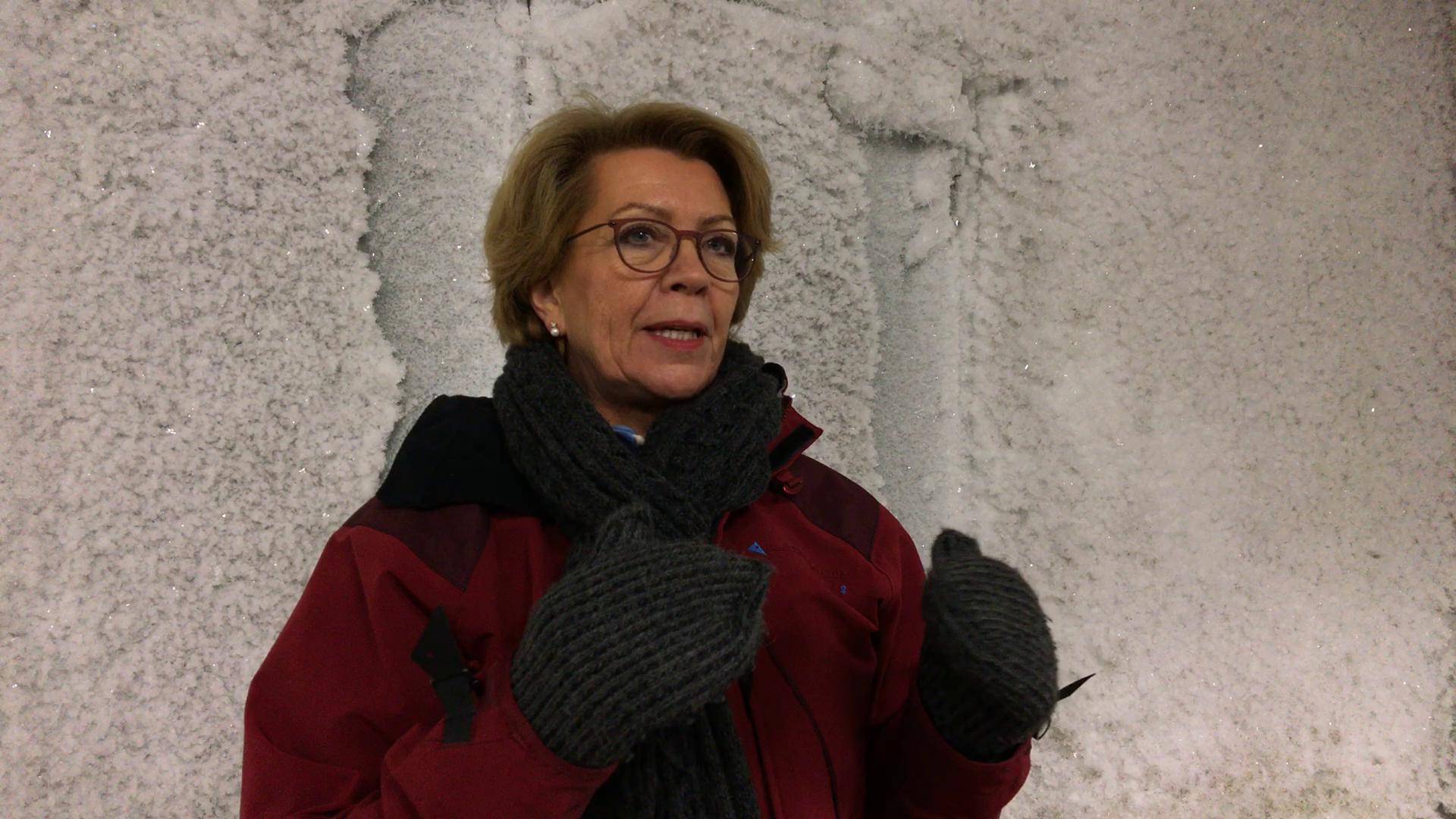Marie Haga, devant l'entrée de la chambre froide de la réserve mondiale de graines