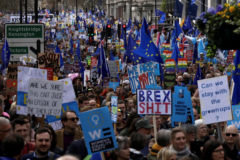 Cientos de miles de personas desfilaron en Londres el sábado 23 de marzo para pedir un nuevo referendum sobra la salida del Reino Unido de la Unión Europea