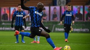 L'attaquant belge de l'Inter Milan, Romelu Lukaku, ouvre le score sur penalty lors du match de Serie A face à la Lazio Rome, à Milan, le 14 février 2021