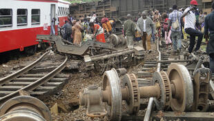 Des passagers du train intercités quittent les lieux de l'accident, vendredi 21 octobre 2016, à Eseka, au Cameroun.