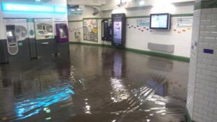 Las lluvias torrenciales afectaron el servicio de metro de París.
