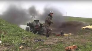 Un soldat arménien tire au canon contre des positions azerbaïdjanaises, le 2 octobre 2020. Capture d'écran d'une vidéo du ministère arménien de la Défense.
