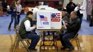 Votantes nas primárias de New Hampshire, em Bedford, a 9 de fevereiro de 2016.