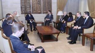 លោកប្រធានាធិបតីស៊ីរី Bashar al-Assad(កណ្តាលខាងស្តាំ)ជួបសន្ទនាជាមួយលោកកូហ្វី អាណាន់ជាបេសកជនតំណាងអ.ស.ប(កណ្តាលខាងឆ្វេង)និងបក្សសម្ព័ន្ធអារ៉ាបនៅទីក្រុងដាម៉ាស២៩ឧសភា២០១២