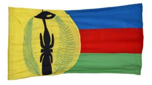 Version originale du drapeau kanak, cousu à la main par les femmes du mouvement, présenté et choisi pour être l'emblème kanak lors 13e Congrès de l'Union Calédonienne tenu à la tribu de Petit-Couli (Sarraméa) en novembre 1982. 149 × 83 cm.
