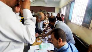 """در نخستین دور انتخابات پارلمانی در مصر پس از سقوط محمد مرسی، شهروندان مصری رأی خود را در یکی از مرکز رأیگیری، در شهر """"جیزه"""" به صندوق میاندازند. ٢٦ مهر/ ١٨ اکتبر ٢٠١۵"""