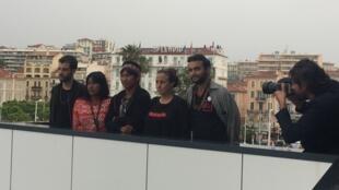 """Equipe do filme """"Chuva é Cantoria na Aldeia dos Mortos"""", em sessão de fotos, em Cannes"""