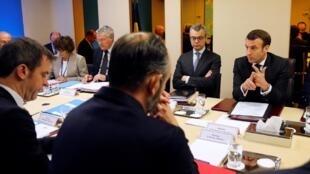 O presidente francês Emmanuel Macron reuniu seu gabinete para discutir estratégias no combate ao coronavírus.