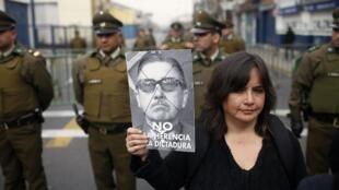 Archivo. Familiares de víctimas de la represión del régimen de Pinochet protestan contra homenaje al exdictador.