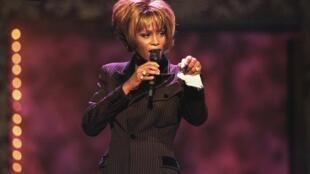 Whitney Houston trình diễn tại Las Vegas năm 1998 (REUTERS)